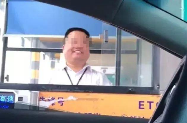 """慈溪一收费员被指""""职业假笑"""",当事人已经报警,声称侵犯肖像权..."""