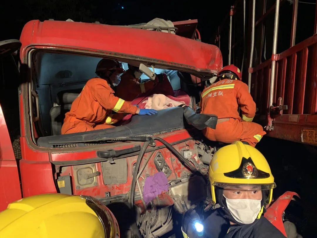 两大货车相撞1人被困,泸州消防紧急救援
