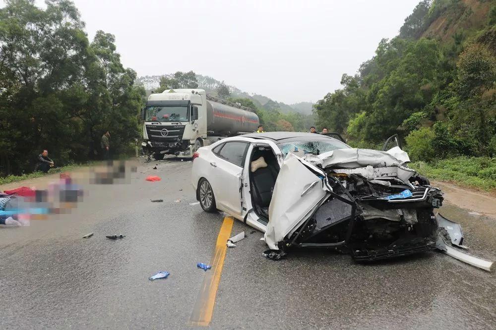 ?4死3伤!广西一小轿车与油罐车迎面相撞,轿车车头严重变形,惨不忍睹!
