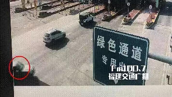 男子高速上往车外扔了个烟头,结果…