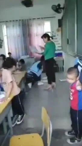 网传乐东一老师将试卷扔在地上,让学生自己弯腰捡,视频引众怒,警方回应→