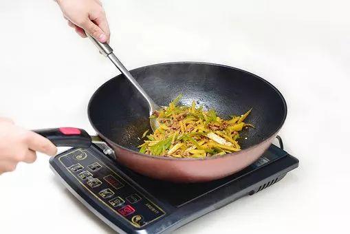 炒菜时放一点这个,油就溅不出锅外了,实用!