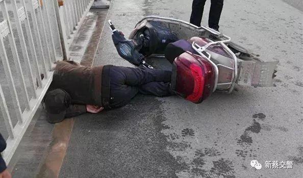 新蔡交警路遇交通事故及�r救助���T