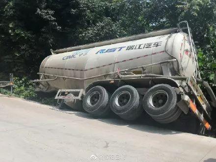 �楸茏��Ψ�碥�,安岳一水泥罐��l生�确�……罐�w直接滑出公路