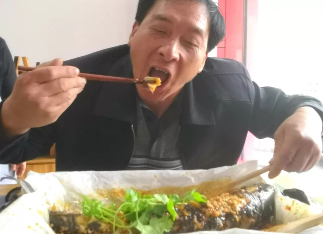 """在枝江吃烤鱼,我只服90后重庆小两口开的""""渝家人""""!"""