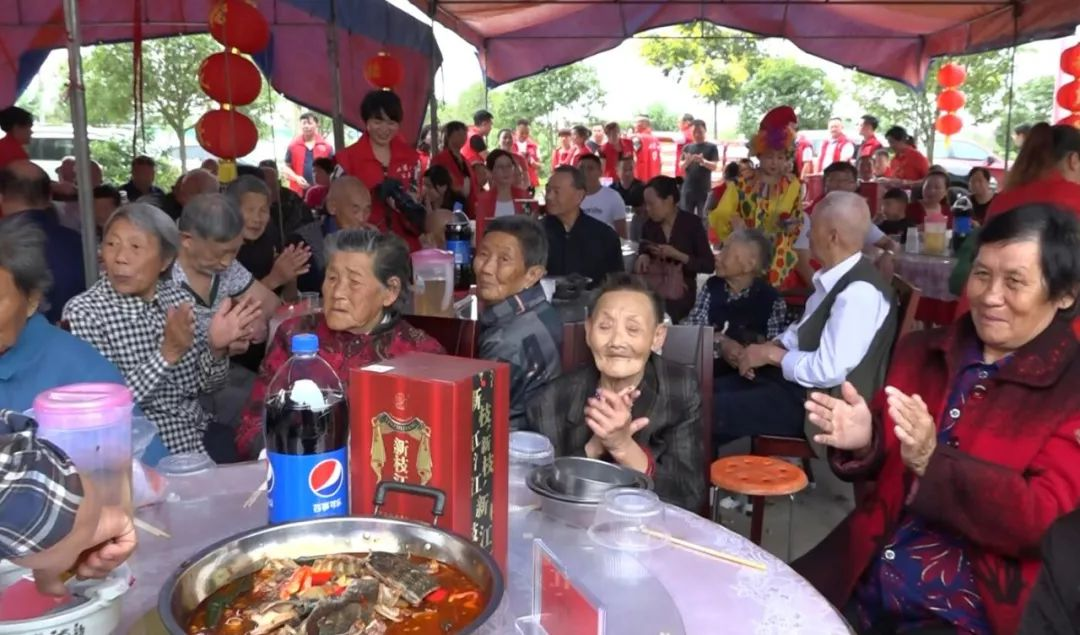 问安福利院老人:中秋节一起在院里过,一样开心、温暖!