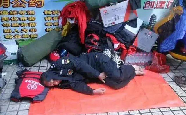 """洛阳救灾车辆经湖南收费站被拦,""""说我们没在湖南救必须收费"""""""