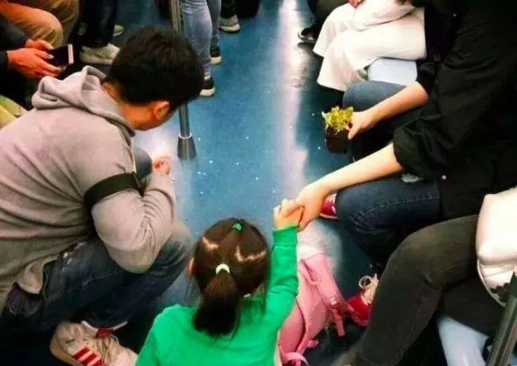 地铁上一张照片刷爆朋友圈:你的教养,才是孩子的起跑线!