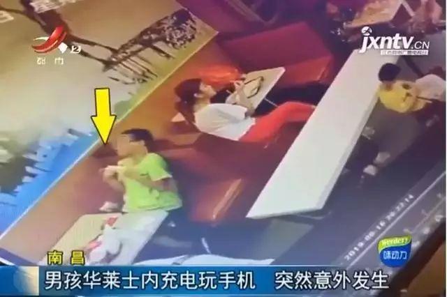 吓人!13岁男孩玩手机时突然倒在座位上身亡,身体僵直,身上出现…