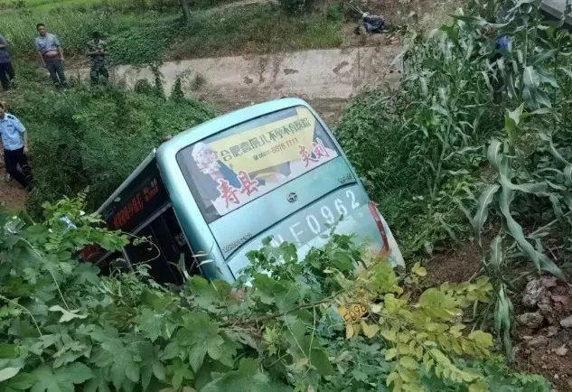 3死16伤!安徽一辆中巴车冲出路面坠入水沟,现场视频曝光!