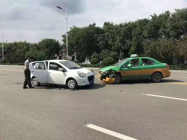 洪洞玉峰路上出租车便道掉头与私家车相撞相撞,车头被撞烂!