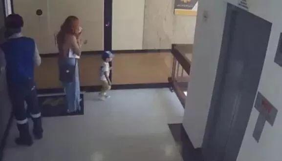 视频惊人!幼儿坠楼瞬间,母亲飞扑拉住孩子脚踝
