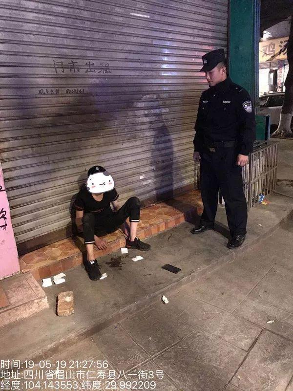 男子深夜醉酒瘫坐路边,巡逻民警及时救助彰显警民情深