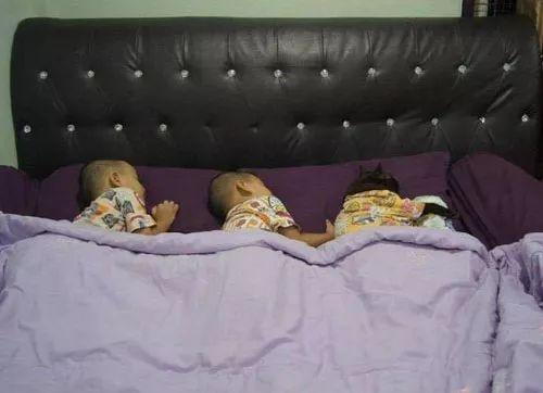 主人家的3个孩子在睡觉,其中一个还有点黑,走近一看笑喷了...