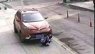 姑娘蹲地上看手机被卷入车底,20秒内一大群人来救助