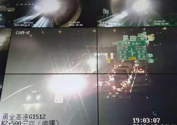 车流滚滚,一奥迪司机竟停在高速应急车道打游戏!还对交警说……