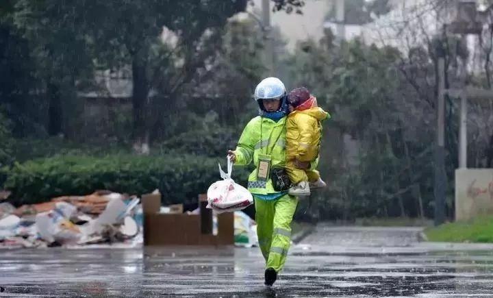 大雨的街头,男子抱着3岁女儿送外卖,他却说孩子更辛苦…