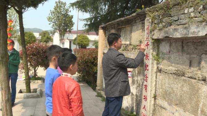 大悟熊畈小学校园内有座烈士墓,师生几十年守护祭扫