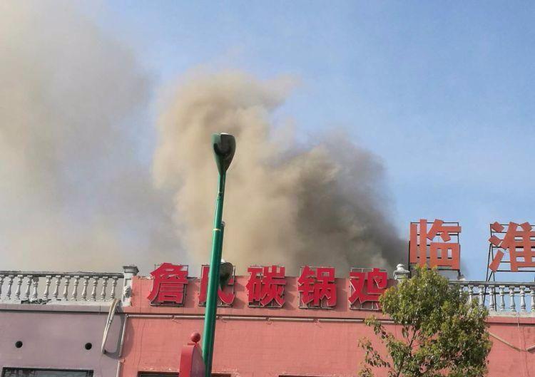 突发!今日下午双湖路一饭店失火!酿成大祸!