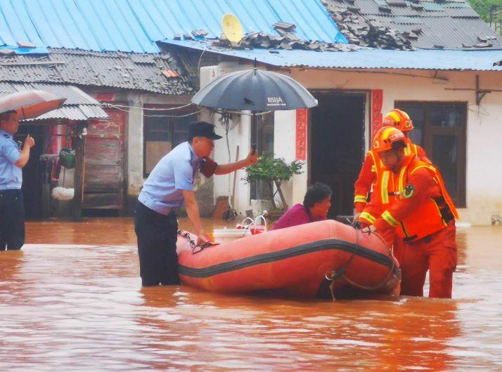 九江强降雨致11人被困家中
