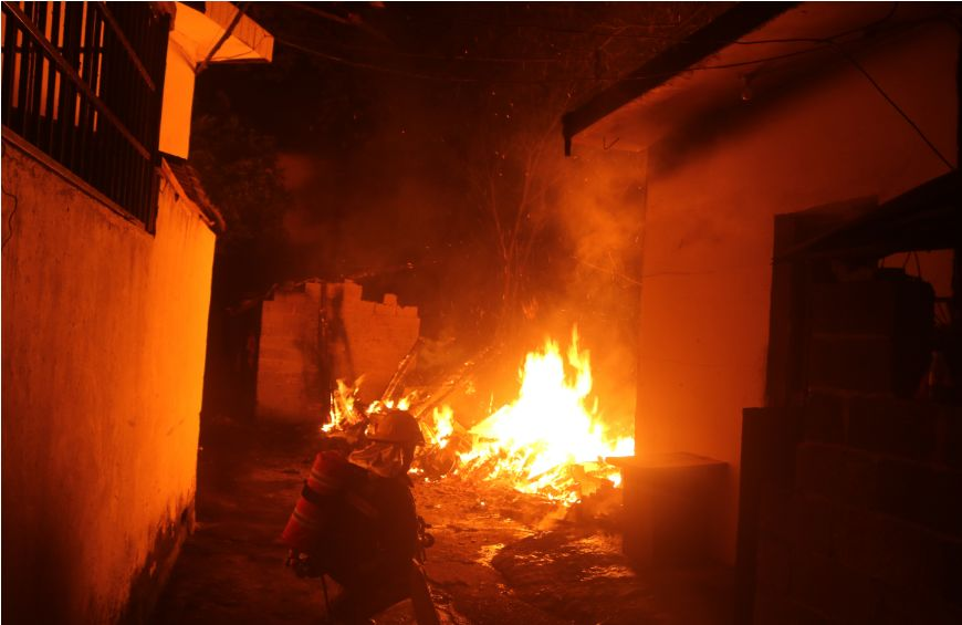 九江一老房子起火,现场火势猛烈,火光冲天……