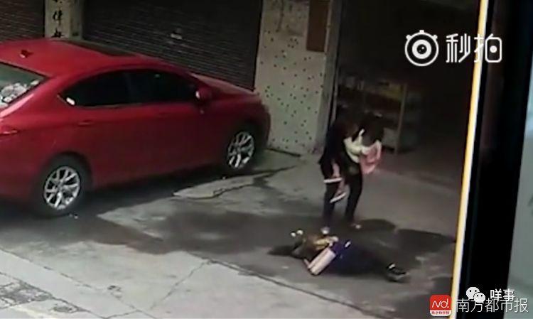 飞来横祸!高空突然坠下大狗,女子当场被砸晕!