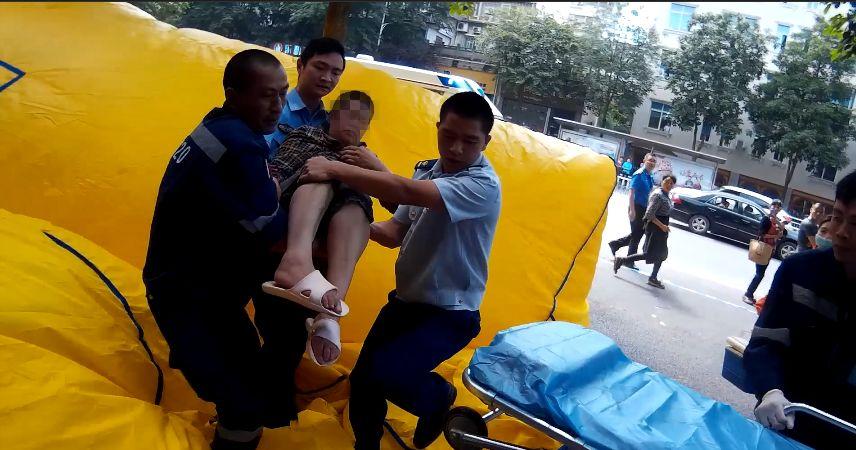 泸州一女子欲跳楼轻生,救援现场太惊险!