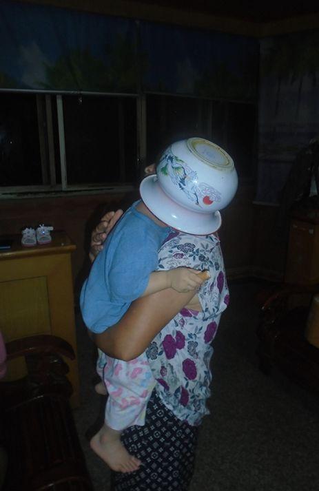 2岁女童遭痰盂套头,拔不出来!@家长:这是她从小的爱好……