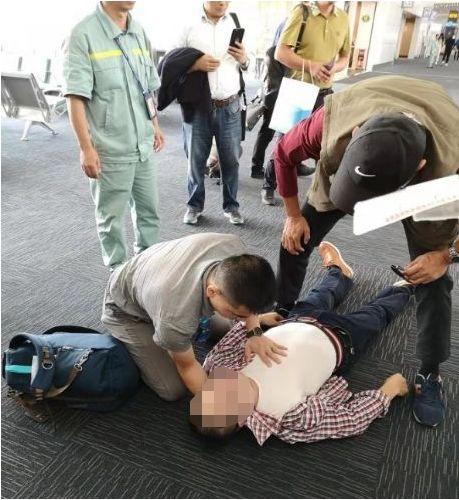 奇迹!人群中被陌生男人看了一眼,他在机场捡回一条命!