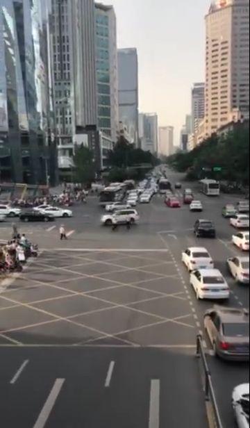 突发!今日人民东路路口发生交通事故,3车受损,案件正在调查中