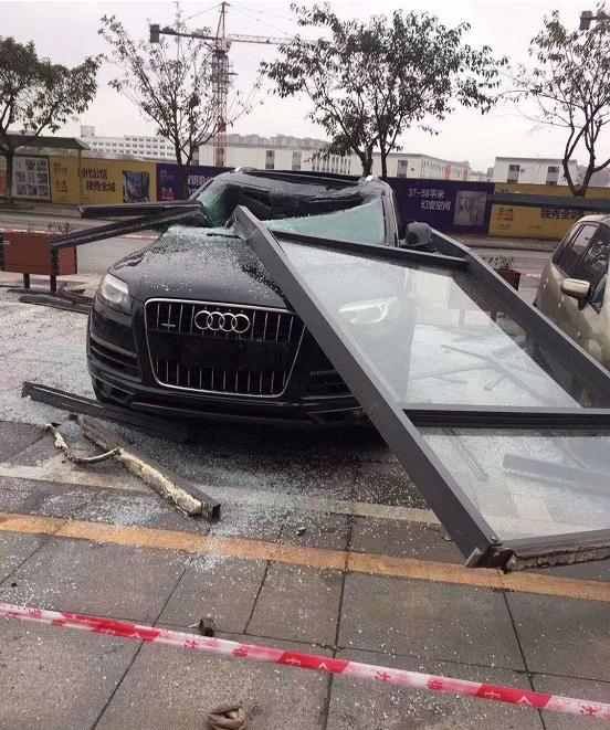 高楼掉落玻璃窗,泸州一辆奥迪车被砸得稀巴烂,车主要蒙圈了!