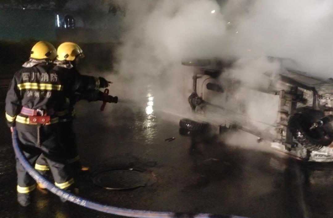 泸州康城路一车辆发生燃烧,消防员10分钟将明火扑灭