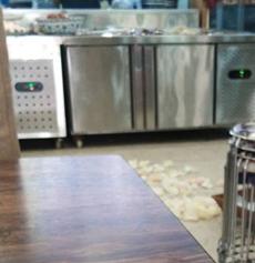 【城事】过分!澳门金沙城中心一家饭店,食品接连落地2次却仍然端到了餐桌上!