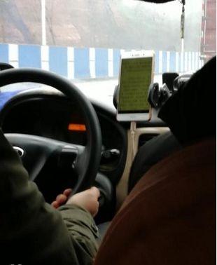 一出租车司机开车干这事儿,乘客被吓坏:再也不?#26131;?#20986;租了…
