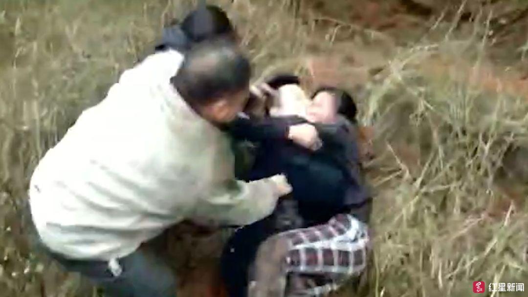 太猖狂了!长宁一男子酒驾肇事,还喊人打警察!现场视频……