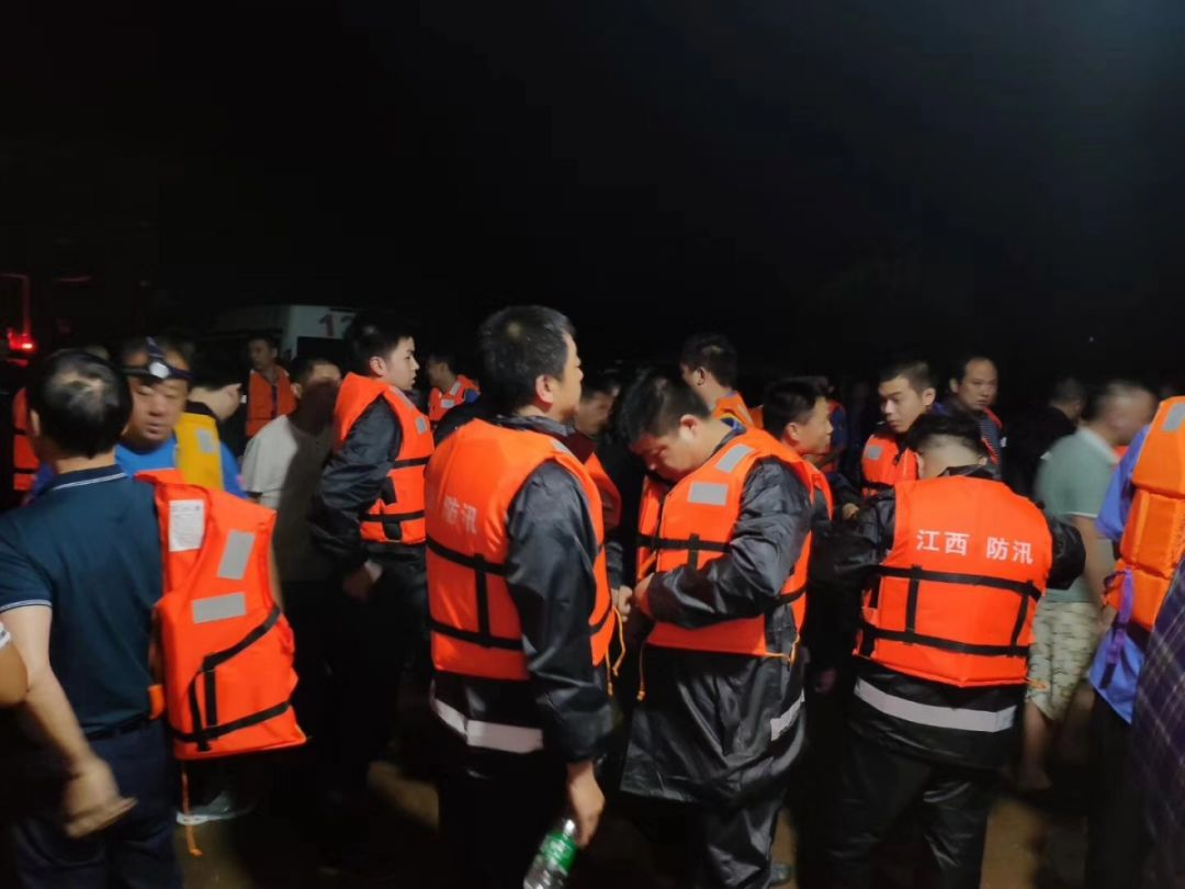 昨晚,乐平近千人集结在乐港魁堡。