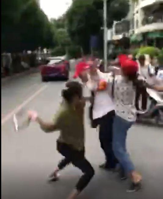 车锁砸头、灭火器狂喷!两女一男互殴视频传疯了