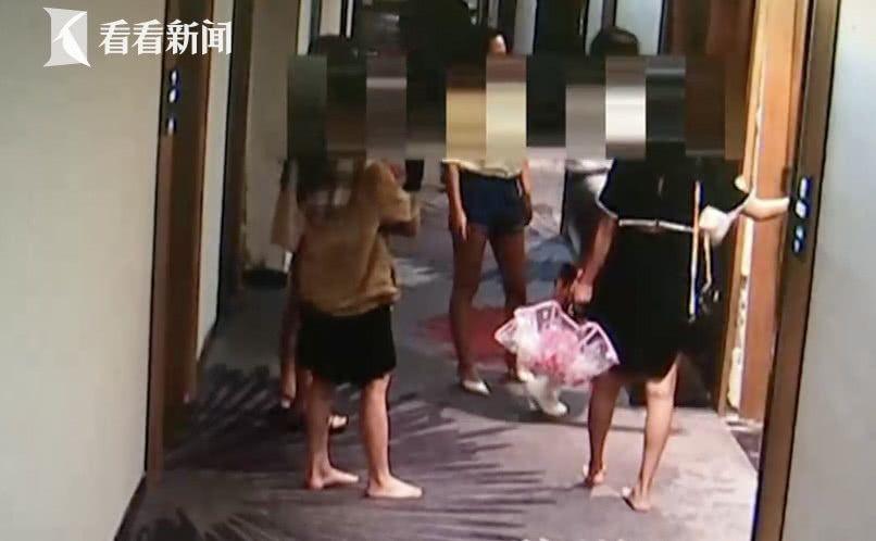 澳门威尼斯人赌场开户一渣男同时交往闺蜜被识破,5姐妹结伴赴宾馆踹开门教训