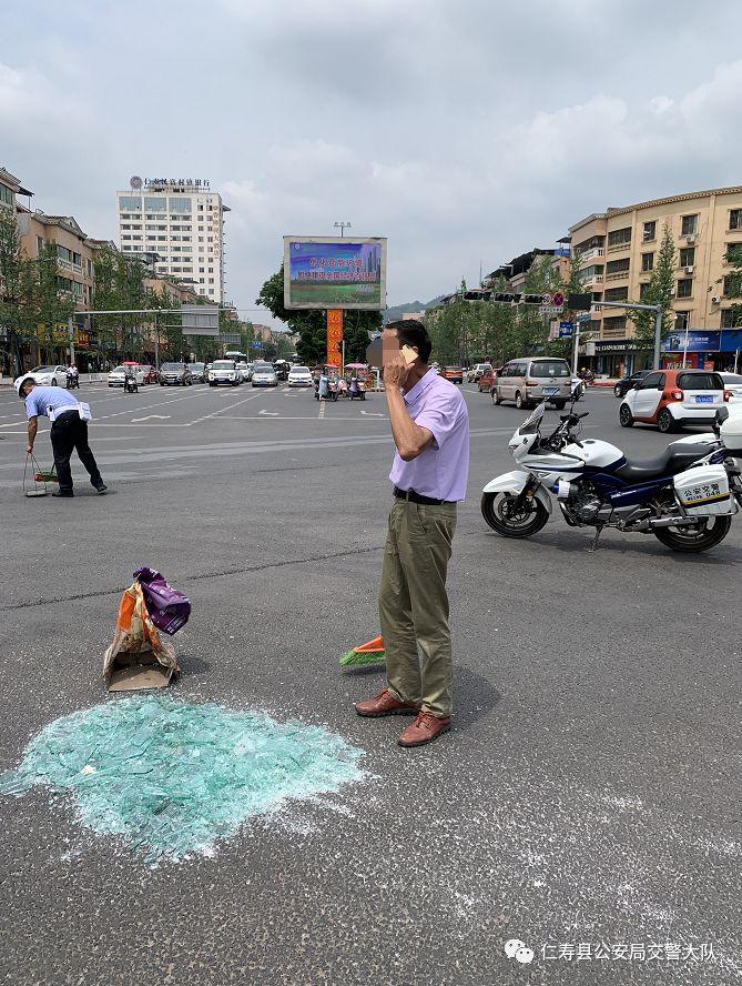 海峰路口,这位仁寿交警拿着扫把在干嘛?