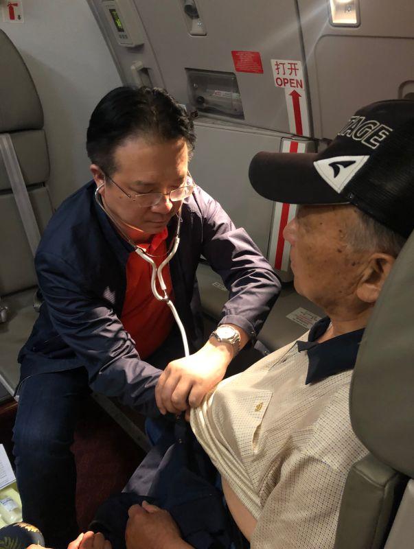 国际航班上78岁老人突然昏厥!西南医大中医院院长杨思进在此时站了出来……