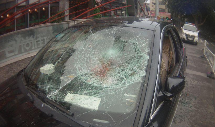 为阻酒驾,怒砸车玻璃! 我们是该为你点赞呢,还是该为你感叹……