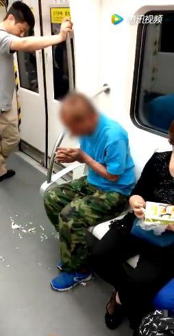 地铁上一张偷拍照刷爆朋友圈:你的教养,就是孩子的起跑线