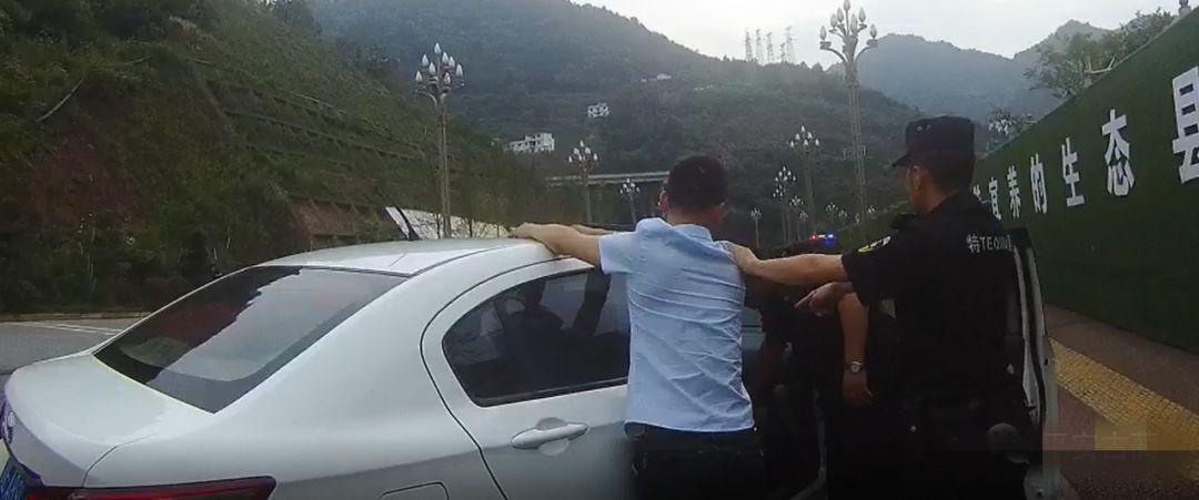 """泸州古蔺:高速路口上演现实版""""毒战"""""""