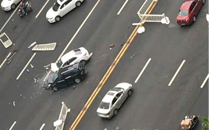 泸州蜀泸大道两车相撞,车头严重受损司机受伤,警方:无酒驾毒驾