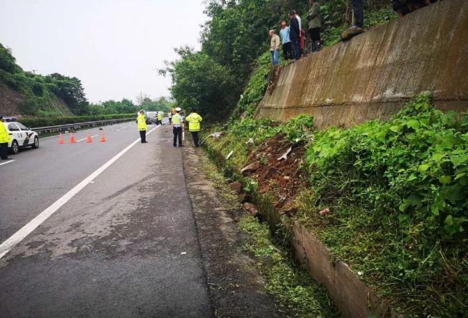 成自泸高速泸县潮河段发生一翻车事故,致2人死亡3人受伤!