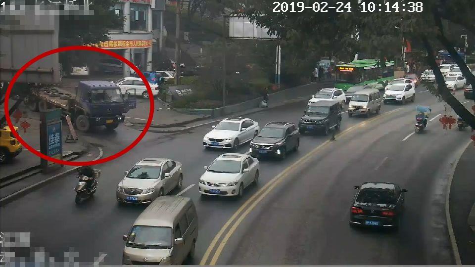 一大货车驾驶员故意遮挡号牌强行入城被泸州交警拦截