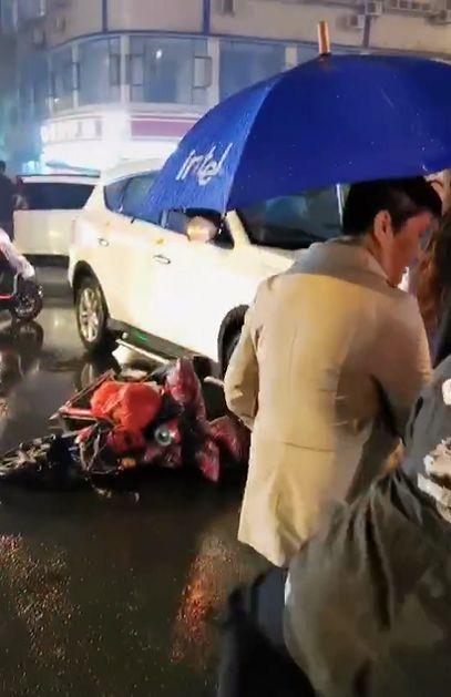 【网友爆料】13日傍晚,夹江广场附近发生?#40644;?#36710;祸