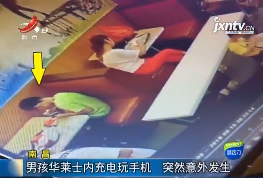13岁男孩快餐店玩手机,突然身体僵直不治身亡!这习惯很多人都有