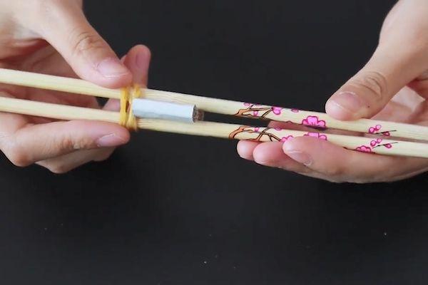 剥瓜子谁还用手?只需一双筷子,1分钟剥一大碗,不脏嘴巴不伤手