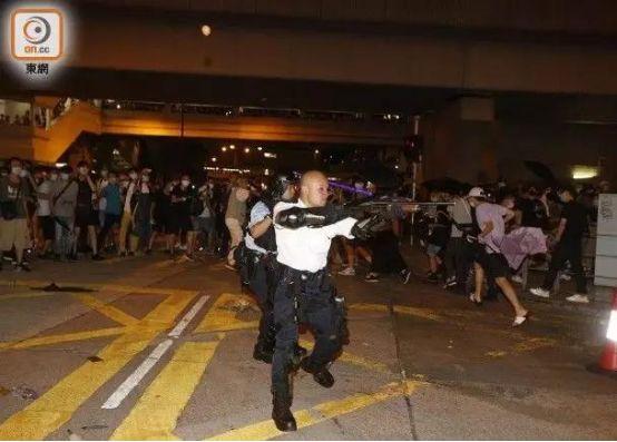 舉起槍的光頭警長,沒想過會感動中國。